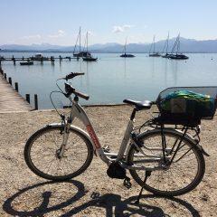 Mit dem Leih-E-Bike auf dem Chiemsee-Radweg