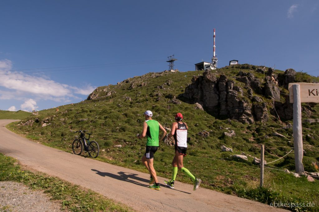 Zwei Läufer auf dem Weg zum Gipfel