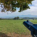 Fernglas am Aussichtspunkt - Chiemsee und Alpen