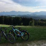 E-Bikes Blick auf die bayerischen Alpen