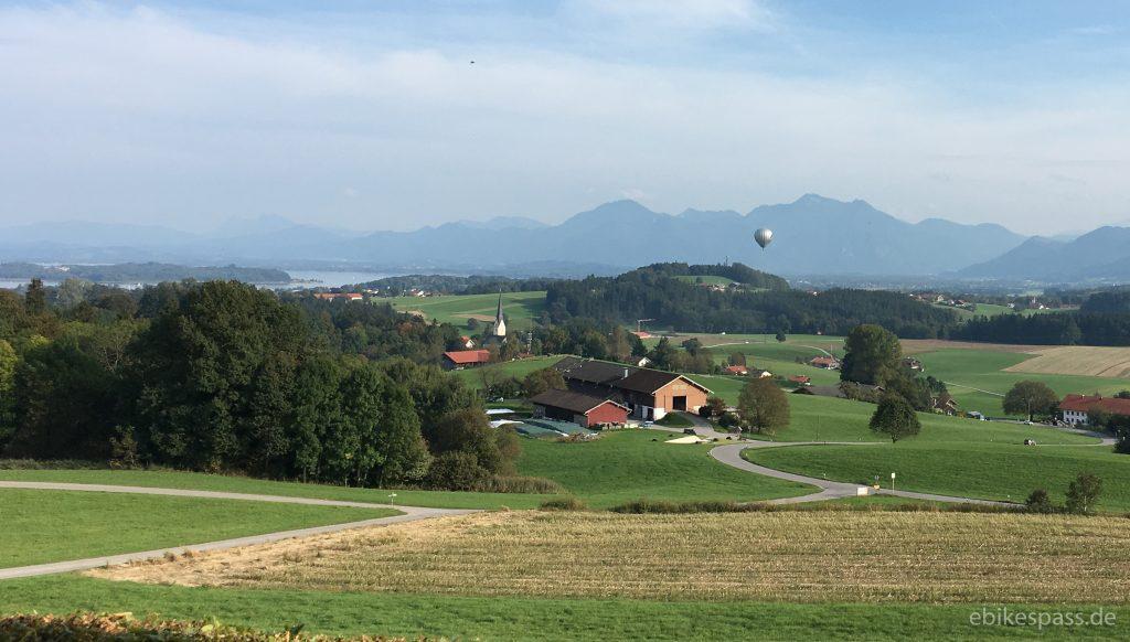 Chiemsee und Alpen: Blick vom Restaurant Weingarten