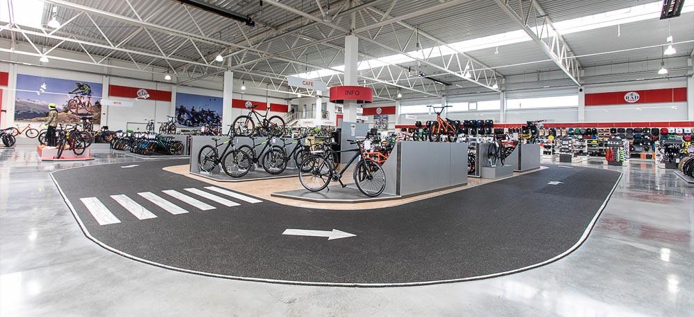 Indoor-Testrunde im Fahrradgeschäft