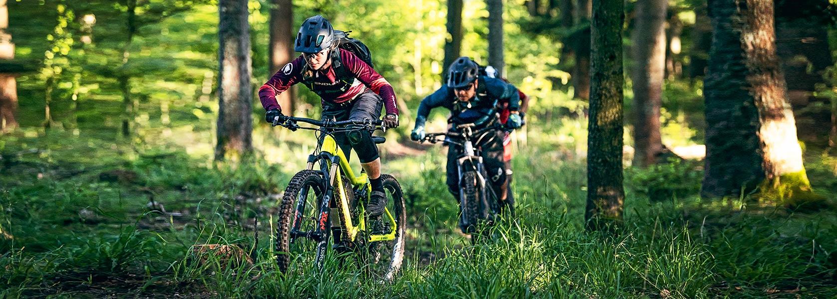 E-Bikes auf dem Trail im Wald
