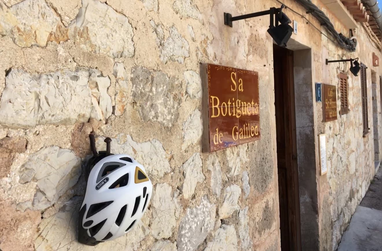 Fahrradhelm an Hauswand in Mallorca